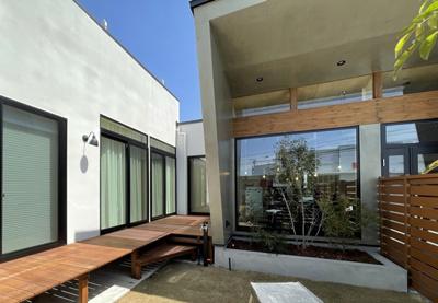 弊社モデルハウス:ウッドデッキ&中庭部分 物件から徒歩約1分、モデルハウスを見学できますよ。 お気軽にお越しくださいね('ω')