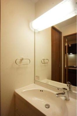 大きめ鏡の独立洗面台は朝のお支度に重宝です。