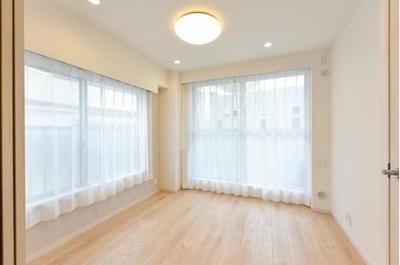 バルコニーに面した洋室は二面採光で明るく開放的です。