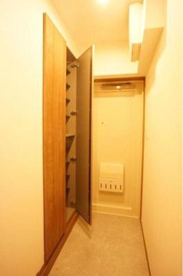 玄関脇の天高いっぱいのシューズボックス有効利用でスッキリと片付きます。