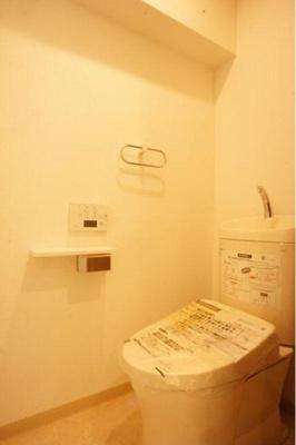 温水洗浄便座で清潔なトイレにはタオルハンガー付きです。