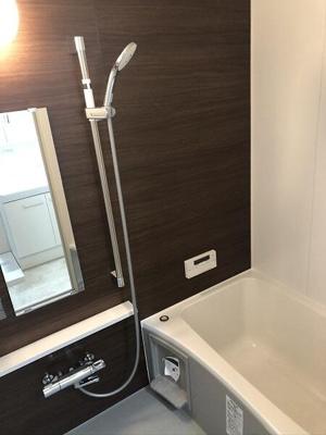 ゆとりのある浴槽に追炊き機能付き♪ご家族の入浴タイムが違っても快適にお使いいただけますね。