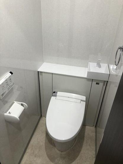 白を基調とした清潔感のあるトイレです。温水洗浄便座は気持ち良く毎日お使いいただけますね♪タンクレスですっきりとしたトイレです。