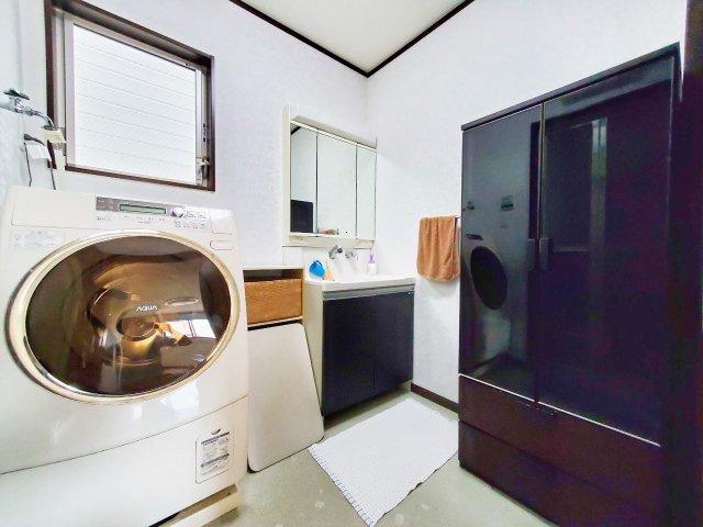 洗面化粧台はたっぷりの収納と三面鏡が嬉しいですね。朝の身支度がぐっと快適になりますよ♪洗面室の窓は換気がしやすく、カビの心配が減りますね♪