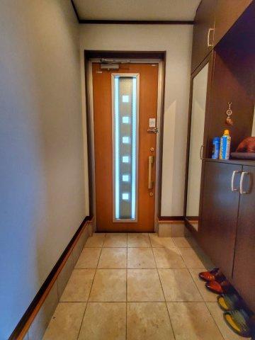 玄関はゆとりのスペース。作り付けのシューズボックスもあるので、ご家族の靴を収納できますね。上にはお好きなインテリア等を飾るのもいかがでしょうか♪