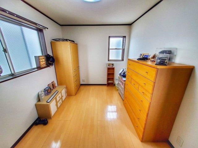 洋室です。窓を配置して採光が良くなる工夫がされています。窓からの風に癒されそうですね♪
