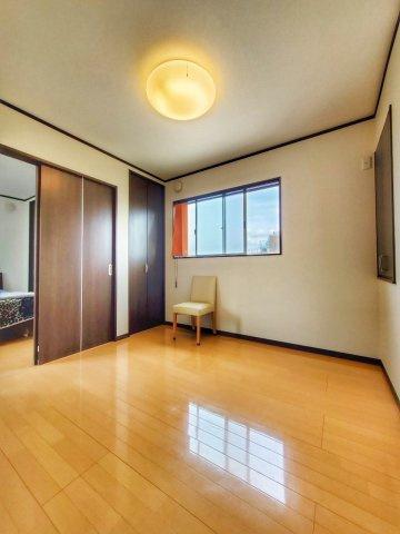 洋室です。引き戸は開放感があり、部屋を大きく使えるポイントですね♪窓からの光が温かみのあるお部屋です。
