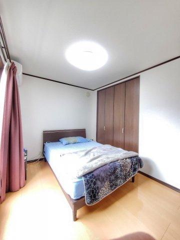 収納が充実した戸建なので、寝室はすっきりと広くお使いいただけます♪