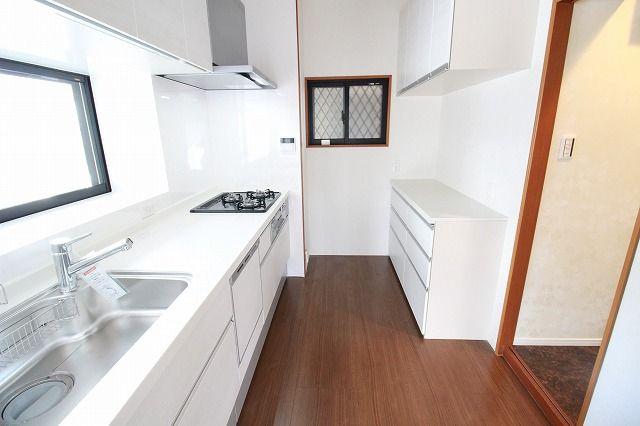 キッチンの背面にはカップボードもそなえつけ!キッチン家電を置くスペースも十分です。