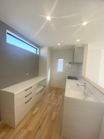 キッチンと同メーカーの背面収納