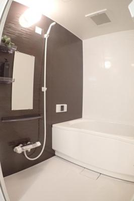もちろん、浴室も新調です。給湯器も併せて新調です。