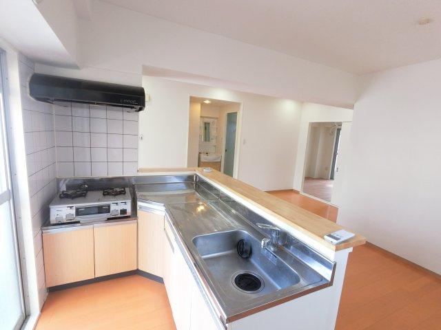 充実設備のキッチンです。 奥のスペースまで有効に活用できます。普段使わない調理器具もすぐに取出せます。