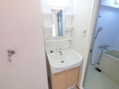 洗面化粧台です。 十分な大きさの洗面台は収納豊富で、身だしなみチェックや歯磨きなど、朝の慌ただしい時間でも大活躍です。
