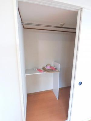 奥行きもあり広々とした収納スペースがあります。 衣類や荷物がたくさんある方でも安心して収納できますね。