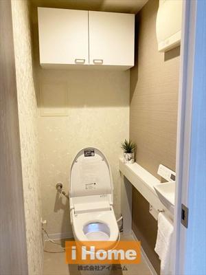 トイレ新調しています! 見た目スッキリのタンクレストイレです! 手洗いカウンター付いています!