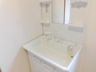 【同仕様写真】TOTO社製の洗面化粧台に新品交換します。お湯と水をきっちり使い分けられる「エコシングル水栓」で省エネを実現。新開発のキャビネットは大幅に収納力をアップした大容量タイプです。