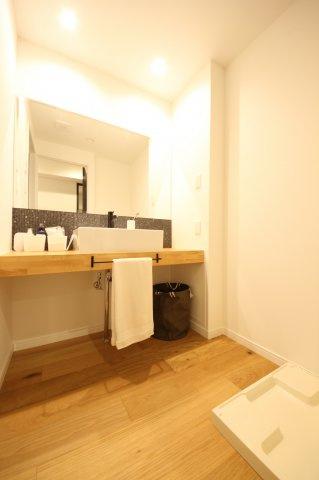 脱衣所のスペースも十分にあるので、洗濯機横にリネン類の収納も置けます