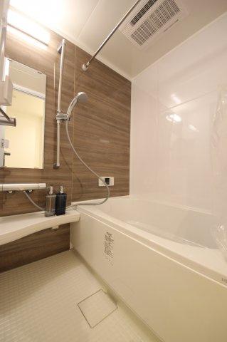 浴室のお手入れがしやすいLIXL製のユニットバスに交換しました。浴室乾燥機付きで天気の悪い日でも洗濯ができて便利です