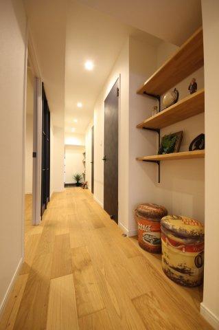 廊下にも収納棚があり、写真や観葉植物などインテリアにもこだわれます