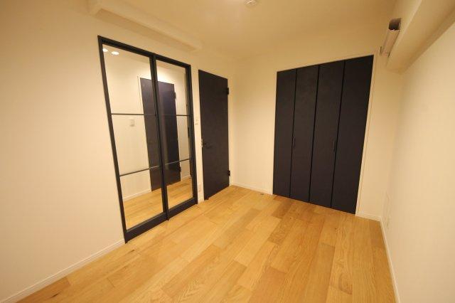ガラス戸にして開放感や光を遮ることなく空間を仕切ります