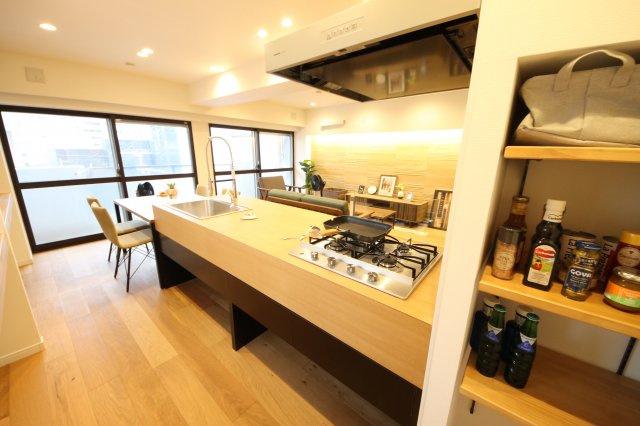 リビングが見渡せる広々としたキッチンです キッチン横には収納棚があり、調味料などが置けキッチン廻りがスッキリ片付きます