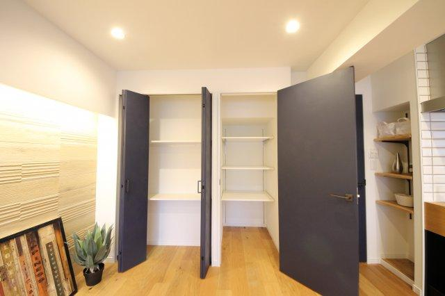 リビングには広めの収納があります 可動式で高さも調整できます