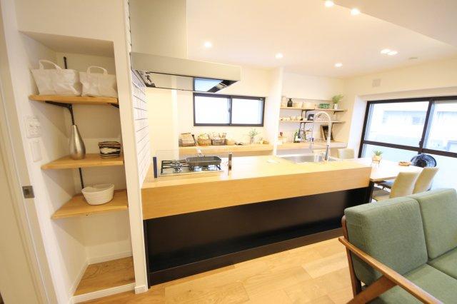 備付の棚があり便利です。オープンな棚でお鍋や食器も飾るように使え、お料理するのが楽しくなりますね