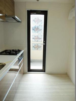 キッチンからバルコニーに出入り可能で、換気がしやすいのも嬉しいですね。