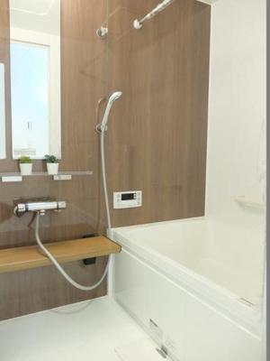 お風呂はあると便利な追い焚き機能付きの浴槽です。