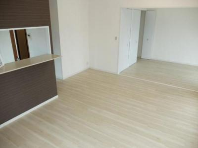 LDKに隣接する洋室の間仕切りを開くと広々空間になります。