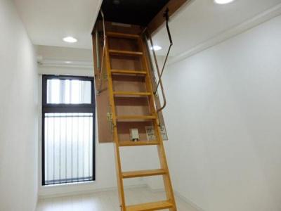 階段付きで楽に出入りできる屋根裏収納です。