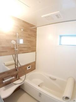 【11号地モデルハウス】 1坪のゆったり浴室☆お子様と楽しく入浴できる広さ♪オートバスとなっており、自動お湯張り・追い焚きも可能!浴室乾燥機付きでカビの抑制や梅雨時の洗濯物の乾燥などバッチリです!