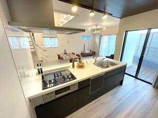 【11号地モデルハウス】 ペニンシュラキッチンを採用。カウンターフラットなのでリビングとの一体感があります。食洗乾燥機付き!キッチン周りの油汚れも簡単に落とせるので家事の負担が軽くなりますよ♪