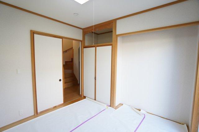 和室に押入があり座布団など収納できますよ。