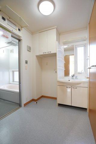 棚つきの洗面台です。洗濯機の上の棚が設置されていてタオルなど収納できますよ。