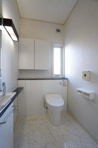 収納付のトイレです。広くて明るいですね。