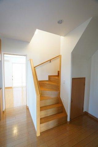 玄関から直接階段へ行くことができます。