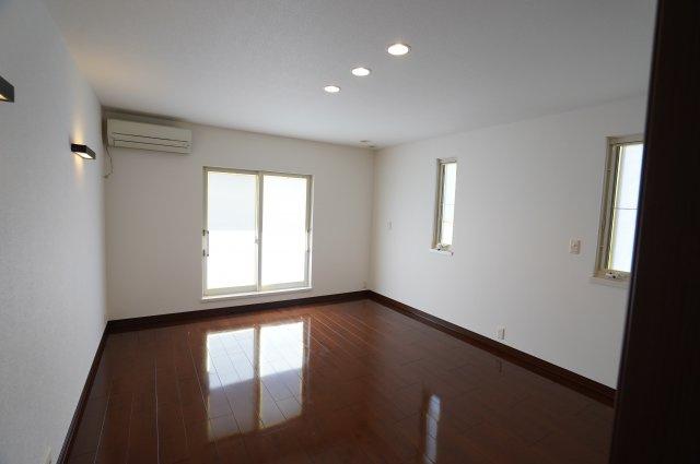 2階主寝室からバルコニーに出られます。フローリングと巾木の色を合わせシックでおしゃれな寝室になっています。エアコン付で嬉しいですね。