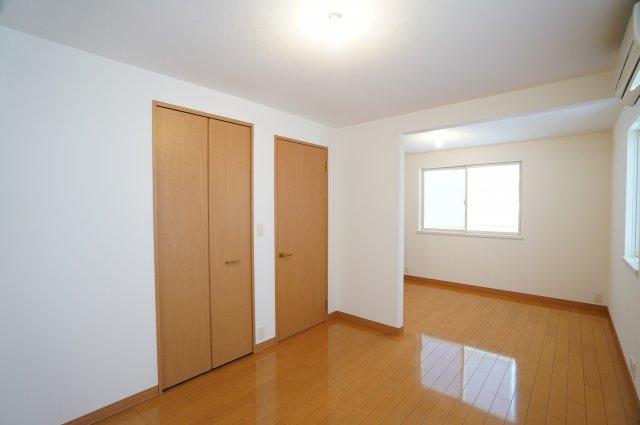 それぞれの部屋にクローゼットがあります。オープンドアのクローゼットのお部屋とドアのあるクローゼットがあります。