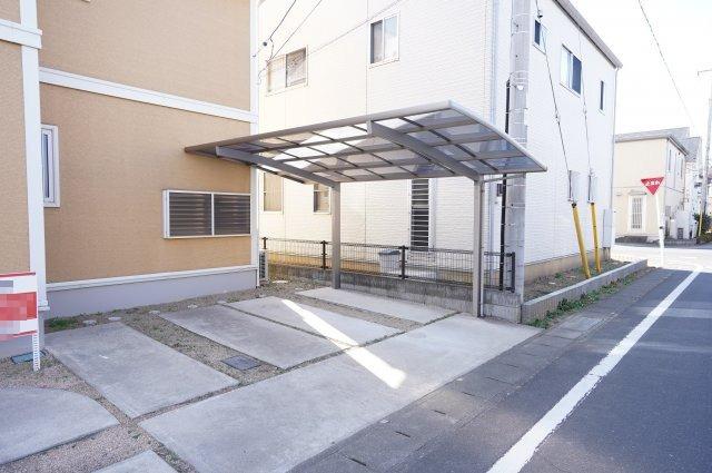 駐車は3台以上可能です。カーポートもありますよ。