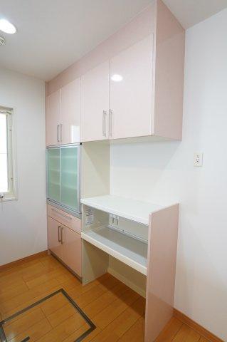 備え付けの食器棚がありますよ。電子レンジや炊飯器も置くこともできます。