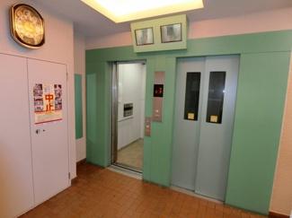 エレベーターは2基あるので通勤・通学ラッシュ時の混雑も軽減してくれるでしょう。 またカメラ・モニターもあるので乗る前に中を確認できて安心です。