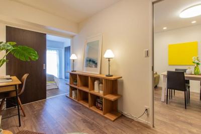 約4.8帖の洋室です 隣の6.2帖の洋室間に扉があるので広くお使いいただく事も可能ですし、バルコニーからの陽射しも取り込めます