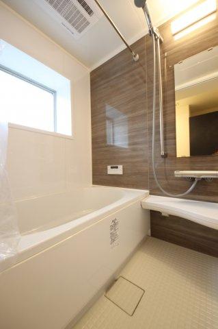 LIXIL製の新品バスルームは浴室乾燥機、追い焚き機能つき 雨の季節でもいつでも洗濯物を干せて便利です