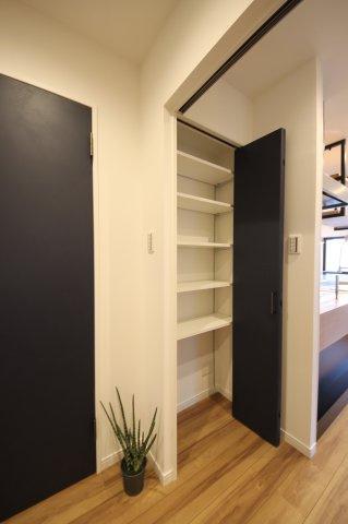 キッチン横にも収納スペースあり。生活用品のストックなどをスッキリしまって、お部屋に生活感を出しません