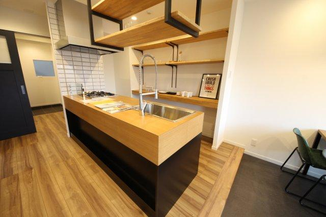 小さなお部屋でもキッチンは大事にしたい。そんな思いにこたえる本格的なカウンターキッチン オシャレさと使いやすさを両立させて、収納も充実しています