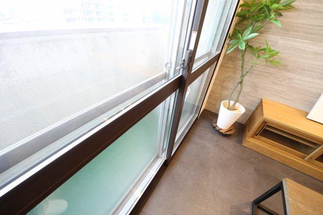 バルコニーも居室も窓は二重サッシにしました。防音、断熱の効果とデザイン性もアップ。
