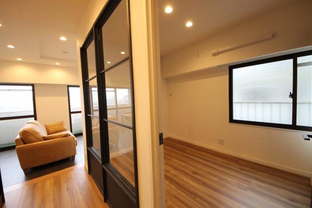 寝室スペースとの間はガラス戸にすることで広さを感じられるようにしました カーテンやブラインドで必要なときだけ目隠しするのもいいですね
