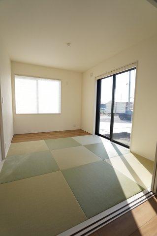 6帖 6帖 和室はちょっとゴロゴロするのに心地よい空間です。。。陽の光も入り気持ちよく過ごせそうですね。