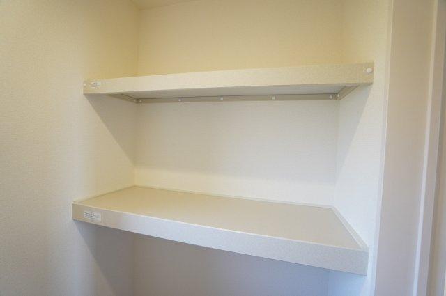2階 納戸 季節物の家電や買い置きした日用品等収納するのに便利です。